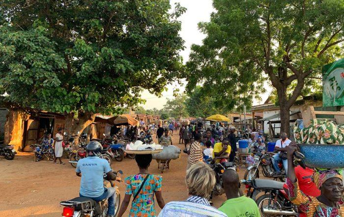 Marktstraße in Niamtougou in Togo