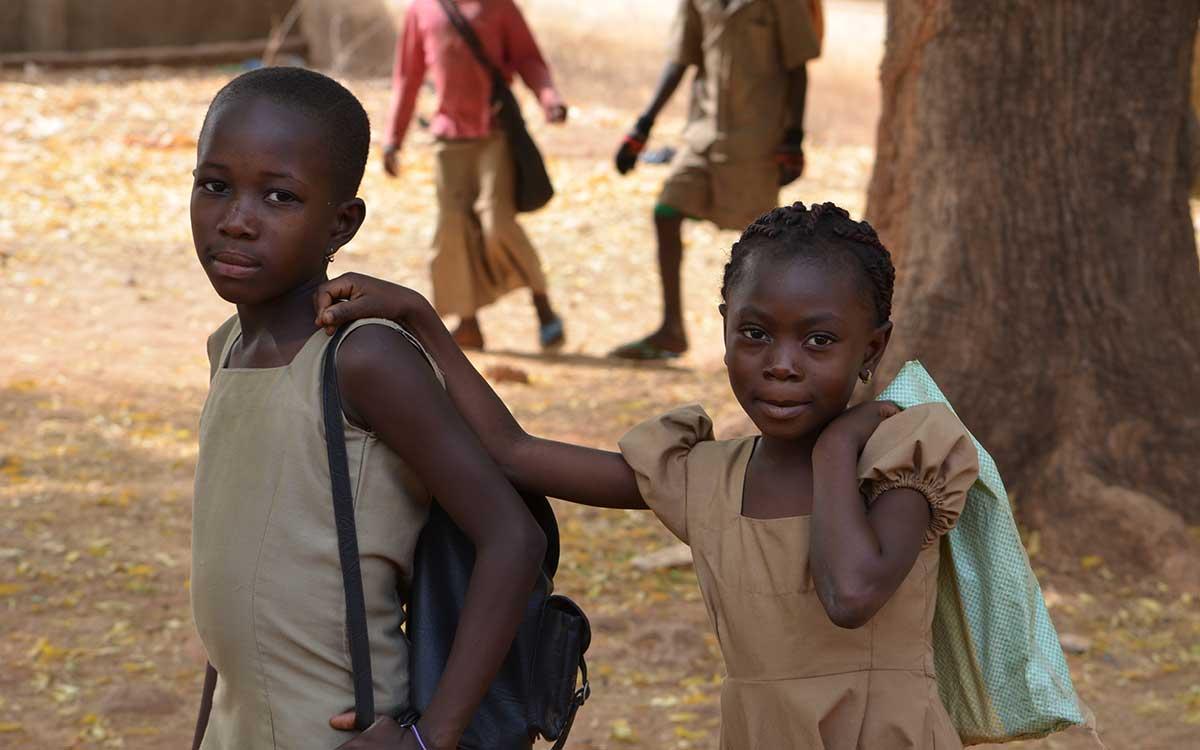 Zwei togoische Mädchen auf dem Schulweg