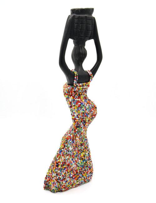 Geschnitzte Figur mit Perlen von hinten