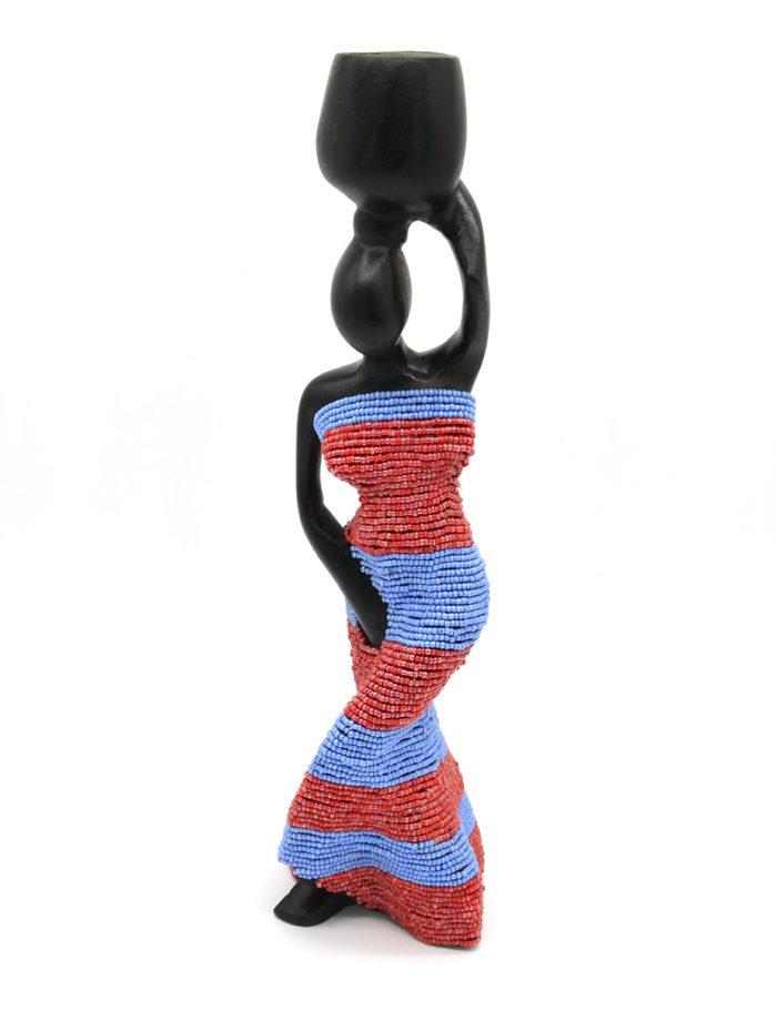 Geschnitzte Figur mit Perlen von vorne