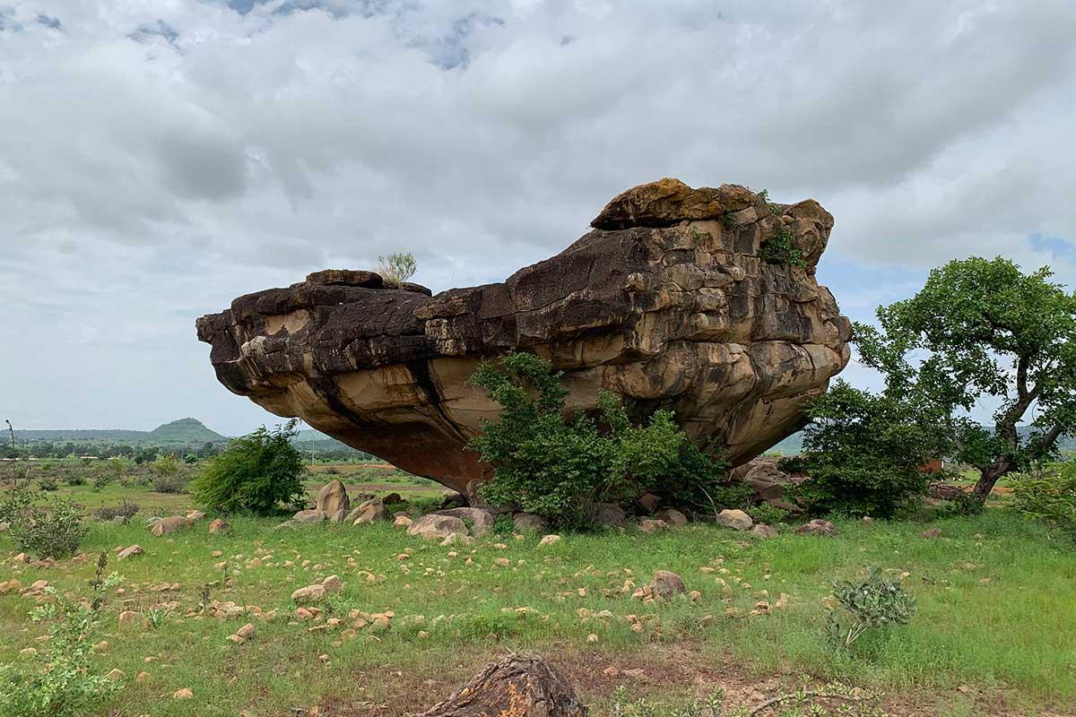 Felsen mit Steinzeitmalereien