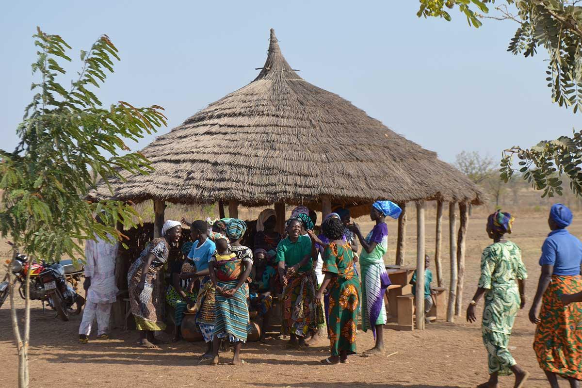 Frauen in einem Dorf bei Guerin-Kouka