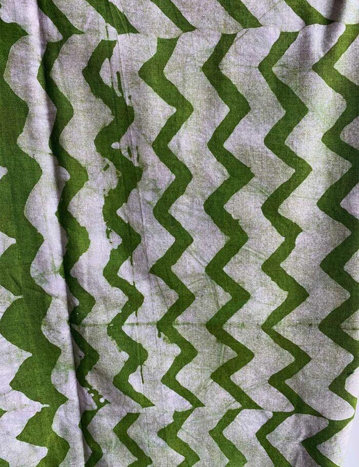 gebatikter afrikanischer Stoff in Grün-Weiß und Dreiecksmuster